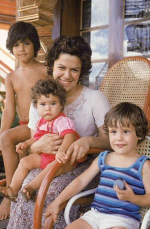 maria-rita-with-mama-and-siblings-portrait
